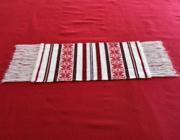 Culoare alb-rosu-negru, material acrilic